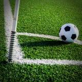 Футбол футбола на зеленой траве футбольного поля Стоковые Фото