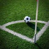 Футбол футбола на зеленой траве футбольного поля Стоковые Фотографии RF
