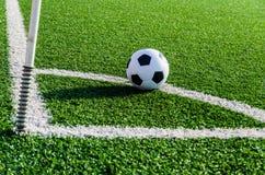 Футбол футбола на зеленой траве футбольного поля Стоковое фото RF