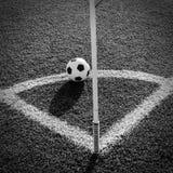 Футбол футбола на зеленой траве футбольного поля Стоковое Фото