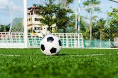 Футбол футбола на зеленой траве футбольного поля Стоковая Фотография RF