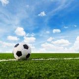 Футбол футбола на зеленой траве футбольного поля Стоковое Изображение