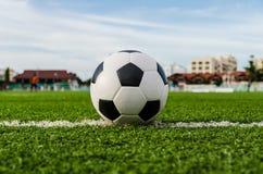 Футбол футбола на зеленой траве футбольного поля Стоковая Фотография