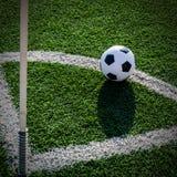 Футбол футбола на зеленой траве футбольного поля Стоковое Изображение RF