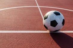 Футбол футбола на зеленой траве футбольного поля Стоковые Изображения RF