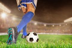 Футбол футболиста капая в внешнем стадионе с Sp экземпляра стоковые фотографии rf