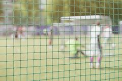 Футбол, футбольное поле, строб футбола, взгляд от сети цели футбола, запачкал стадион, тангаж поля Тренировка футбола Стоковые Фотографии RF