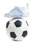 футбол шарика младенца обувает футбол Стоковое Изображение