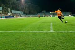 футбол штрафа пинком голкипера шарика зоны Стоковое фото RF
