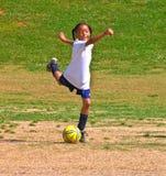 футбол девушки пиная s шарика Стоковое Изображение
