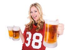 Футбол: Женщина задерживая пиво Стоковое Изображение