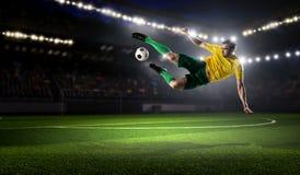 футбол игрока шарика пиная Мультимедиа Стоковая Фотография