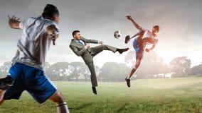 футбол игрока шарика пиная Мультимедиа Стоковое фото RF