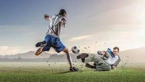 футбол игрока шарика пиная Мультимедиа Стоковое Фото