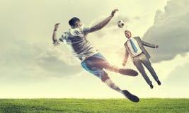 футбол игрока шарика пиная Мультимедиа Стоковые Изображения