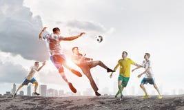 футбол игрока шарика пиная Мультимедиа Стоковое Изображение