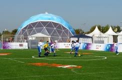 Футбол игры мальчиков на холме Poklonnaya Стоковая Фотография RF