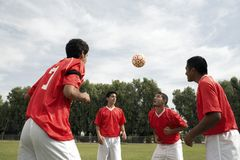 Футболисты возглавляя шарик Стоковое Фото