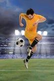 Футболист выполняя задний пинок стоковые фото