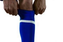 Футболист вытягивая его носки вверх стоковое фото rf