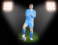 Футболист в голубой форме на поле травы в фаре Стоковое Изображение