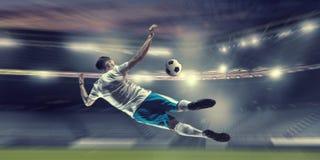 Футболист в нападении Мультимедиа стоковое изображение