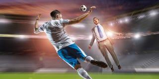 Футболист в нападении Мультимедиа стоковые изображения
