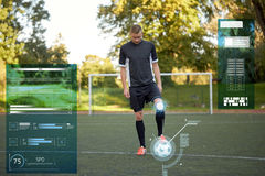 Футболист играя с шариком на футбольном поле стоковое фото rf