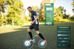 Футболист играя с шариком на футбольном поле стоковые фотографии rf