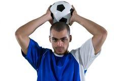 Футболист около для того чтобы бросить футбол стоковое фото