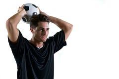 Футболист около для того чтобы бросить футбол стоковые фотографии rf