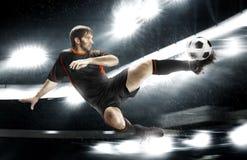 Футболист поражая шарик стоковое фото