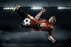 Футболист поражая шарик Стоковое фото RF
