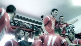 Футболист празднует выигрыш в комнате платья акции видеоматериалы