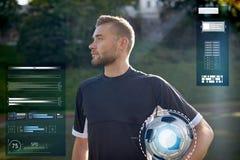 Футболист с шариком на футбольном поле стоковое изображение