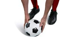 Футболист устанавливая футбол стоковое изображение rf