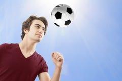 Футболист ударяя шарик с его головой стоковое фото rf