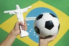 Футбол и флаг статуи Христоса Corcovado бразильский Стоковые Фото