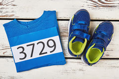 Футболка, ботинки спорта и номер стоковые изображения rf