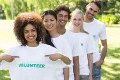 Футболка волонтера показа специалиста по охране окружающей среды Стоковые Фото
