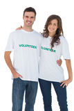 Футболка 2 жизнерадостных людей нося добровольная Стоковые Изображения