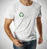 Футболка человека нося с рециркулирует символ Стоковое фото RF