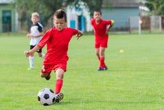 футбол мальчика шарика пиная стоковые изображения rf