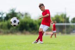 футбол мальчика шарика пиная стоковая фотография