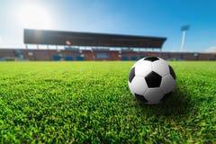 Футбол на зеленой траве в футбольном стадионе Стоковые Фото