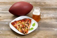 Футбол с пиццей и пивом готовыми на сезон Стоковая Фотография RF