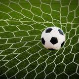 Футбол футбола в сети цели с полем зеленой травы Стоковые Фото