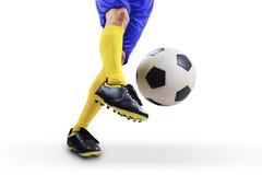 футбол шарика пиная игрока стоковая фотография