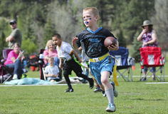 Футбольная игра флага на 5 до 6 год - olds стоковое фото rf