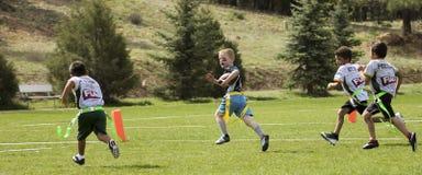 Футбольная игра флага на 5 до 6 год - olds стоковые изображения